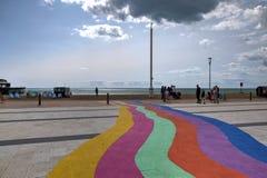 Brighton Seafront, Reino Unido, mostrando los colores del arco iris pintados sobre el pavimento foto de archivo
