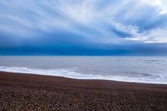 Brighton strand, Sussex, Ubited kungarike som är längst ner en linje av Arkivfoton
