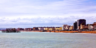 Brighton-Strand und -Skyline Stockbild