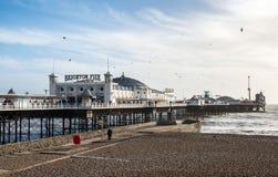 BRIGHTON, SUSSEX/UK - 27 DE ENERO: Brighton Pier en Brighton encendido Imagen de archivo libre de regalías