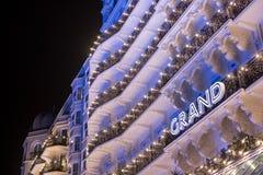 Brighton Sussex UK Fotografi som tas på natten av fasaden av den nyligen renoverade historiska viktorianska Grand Hotel royaltyfri fotografi