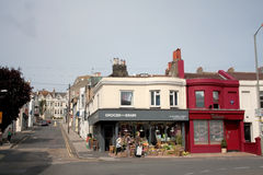 BRIGHTON UK - AUGUSTI 15, 2010: oidentifierat folk i streen Royaltyfri Bild