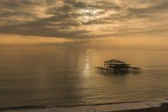 Brighton West Pier en la puesta del sol Foto de archivo