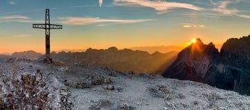 Brightsunrise das montanhas das dolomites fotografia de stock