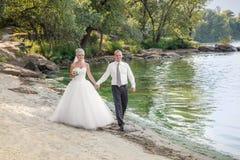 Briide en bruidegom bij het strand Stock Foto