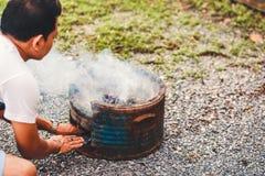 Brikett för kol för Hans manpåfyllning till varmt flammande kol i bbq-gallerugn Brännande kol för att laga mat grillfestmat royaltyfria bilder