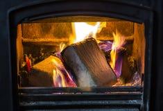 Brikettbrännskada i spisen Arkivbild