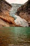 Briksdal glaciär på foten arkivfoto