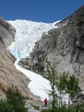 Briksdalegletsjer in de bergen van Noorwegen royalty-vrije stock afbeeldingen