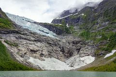 Briksdalsbreen-Gletscher mit dem Schmelzen des blauen Eises lizenzfreies stockbild