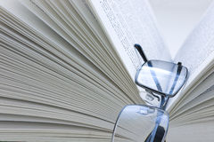 Bril die op een boek rusten Stock Afbeelding