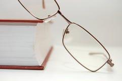 Bril die op het gesloten boek leggen Stock Afbeelding