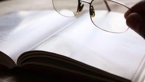 Bril en een Boek stock footage