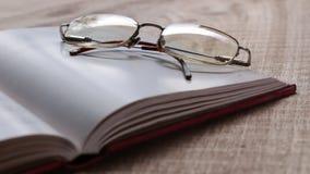 Bril en een Boek stock videobeelden
