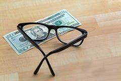 Bril met zwart kader, oogglazen op 20 USD dollarbankno Royalty-vrije Stock Foto's