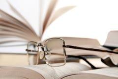 Bril op boek Royalty-vrije Stock Afbeeldingen