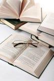 Bril op boek Royalty-vrije Stock Foto's