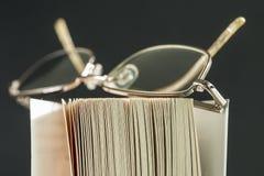 Bril op een Boek Royalty-vrije Stock Foto