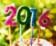 Brilhar numera a formação do número 2016, como o ano novo, em um Ca Fotos de Stock