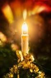 Brilhe a vela do Natal com o deco no fundo escuro com decoração Fotografia de Stock