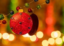 Brilho azul e verde vermelho reflexão enchida da festão e das luzes do feriado fotografia de stock royalty free