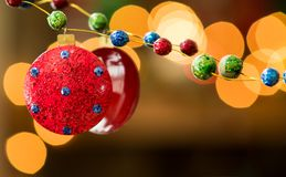 Brilho azul e verde vermelho reflexão enchida da festão e das luzes do feriado fotos de stock royalty free