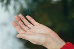 Brilho azul nas mãos fotografia de stock royalty free