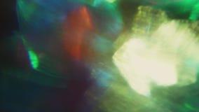 Brilho claro iridescente colorido dos formulários caótico na sala escura Transições cinemáticos 4k filme