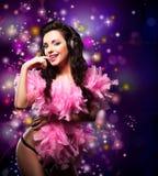 Brilho. Dança feliz brilhante da mulher - partido do vestido de fantasia. Luzes do disco foto de stock