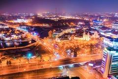 Brilho das luzes da cidade de Minsk brilhante na noite fotos de stock royalty free