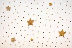 Brilho dourado das estrelas no fundo amarelo Fotografia de Stock Royalty Free