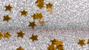 Brilho efervescente na forma de uma estrela Close-up em um fundo de prata vídeos de arquivo