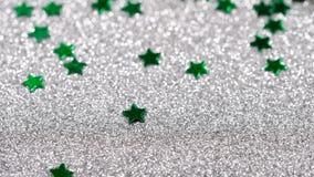 Brilho efervescente na forma de uma estrela Close-up em um fundo de prata video estoque