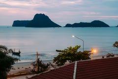 Brilho iluminado bonito no crepúsculo no porto de Prachuap Imagem de Stock