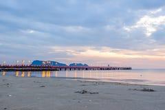 Brilho iluminado bonito no crepúsculo no porto de Prachuap Imagens de Stock Royalty Free