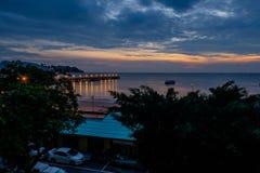 Brilho iluminado bonito no crepúsculo no porto de Prachuap Foto de Stock