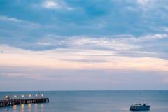Brilho iluminado bonito no crepúsculo no porto de Prachuap Fotos de Stock