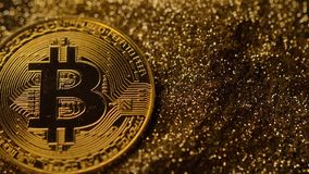Briljant Bitcoin modell Falls ner på guld- sandmakro stock video