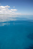 Briljant blauw tropisch water Stock Foto's