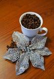 Briljant blomma nära koppen med kaffebönan Fotografering för Bildbyråer