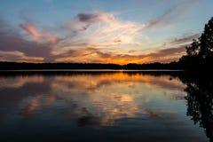 Briljant orange solnedgång för knubbig sjö i Virginia Beach, Virginia royaltyfria foton