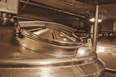 Briljant räkning av en stor kokkärl för livsmedelsindustrin bronser royaltyfri bild