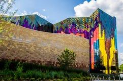 Briljanta färger av abstrakt konst i glass fönster på präriegran Royaltyfri Bild