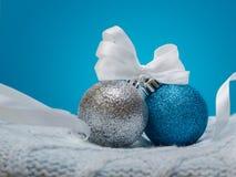 Briljanta julbollar på den blåa bakgrunden Arkivfoton