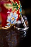 Briljantar på vigselringar med smycken Fotografering för Bildbyråer