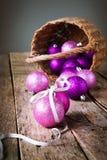 Briljante Heldere Kerstmisballen van mand Stock Afbeelding
