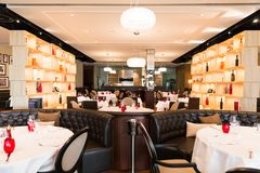 Brillamment blanc de Lit, Brown et intérieur rouge de restaurant images stock