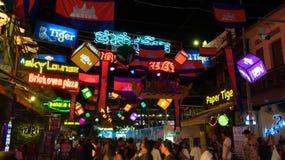 Brillamment d?cor? des drapeaux et de la rue de touristes de guirlandes, drapeaux du Cambodge, d?coratifs photographie stock libre de droits