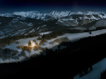 Brillamment l'arbre de Noël de montagne de Lit rougeoie dans la neige la nuit Image stock