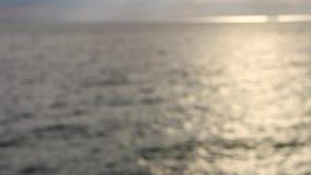 Brillando en un día de verano soleado, fondo borroso abstracto en la playa almacen de metraje de vídeo